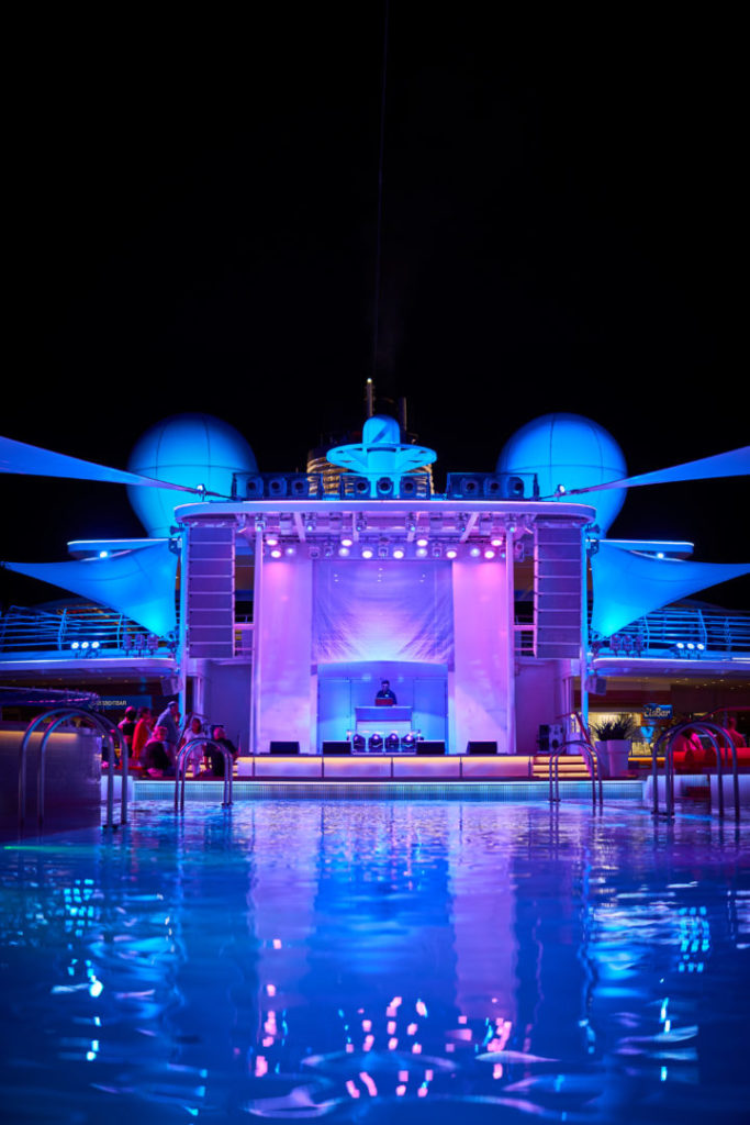 TUI Cruises Mein Schiff 5 Karibikkreuzfahrt Pool Bühne