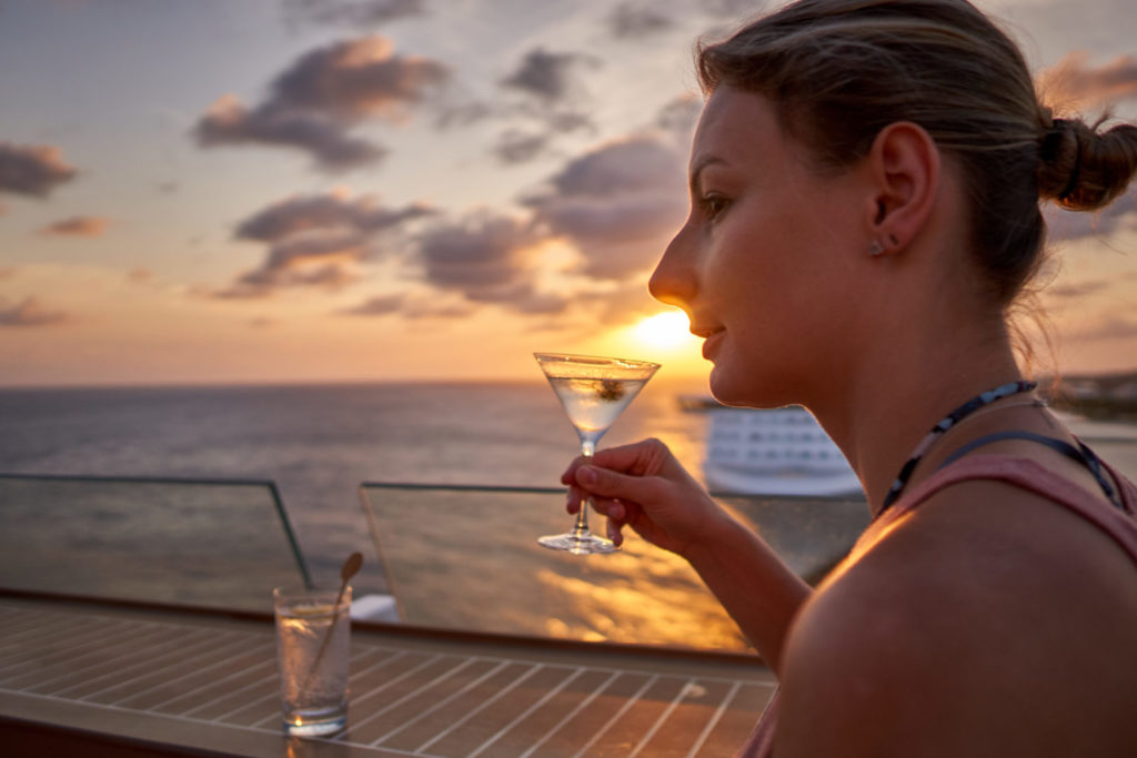 Ein Cocktail am Abend im Sonnenuntergang. karibikkreuzfahrt packliste