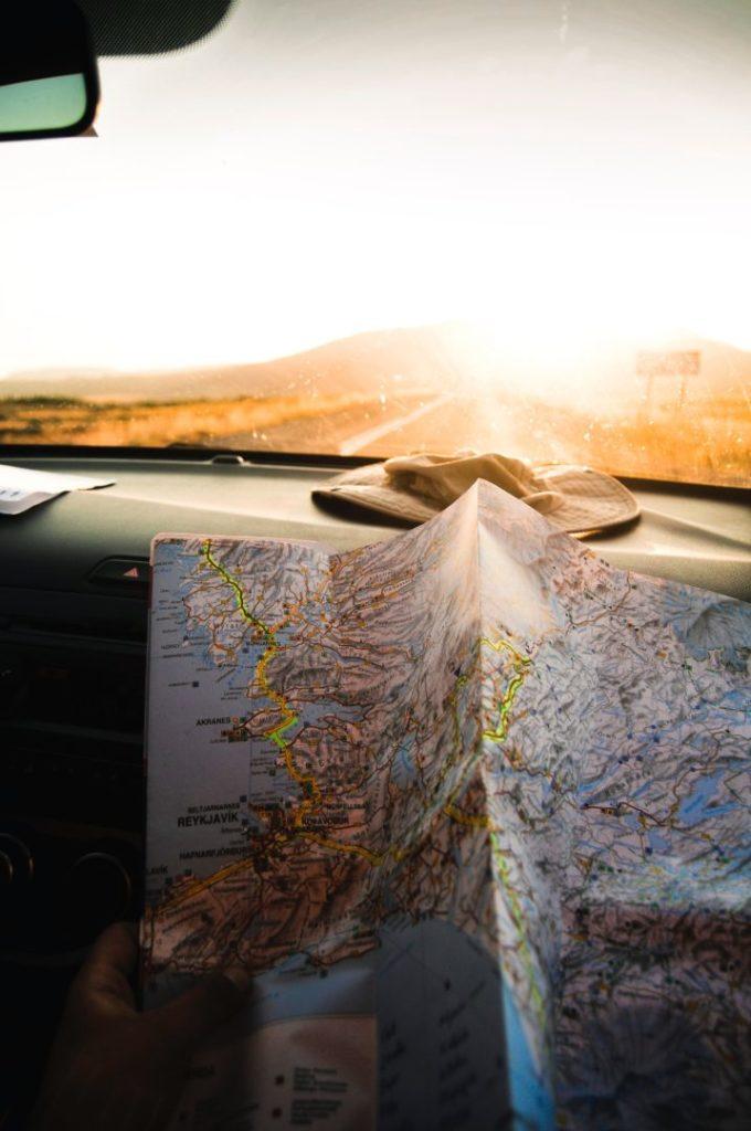 Landkarte ausgebreitet in einem Campevan im Sonnenlicht.
