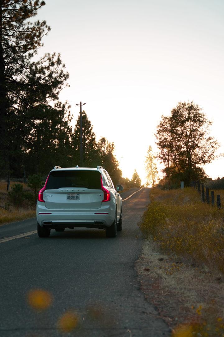 Mietwagen für unseren USA Roadtrip auf dem Weg Richtung Yosemite im Sonnenuntergang.
