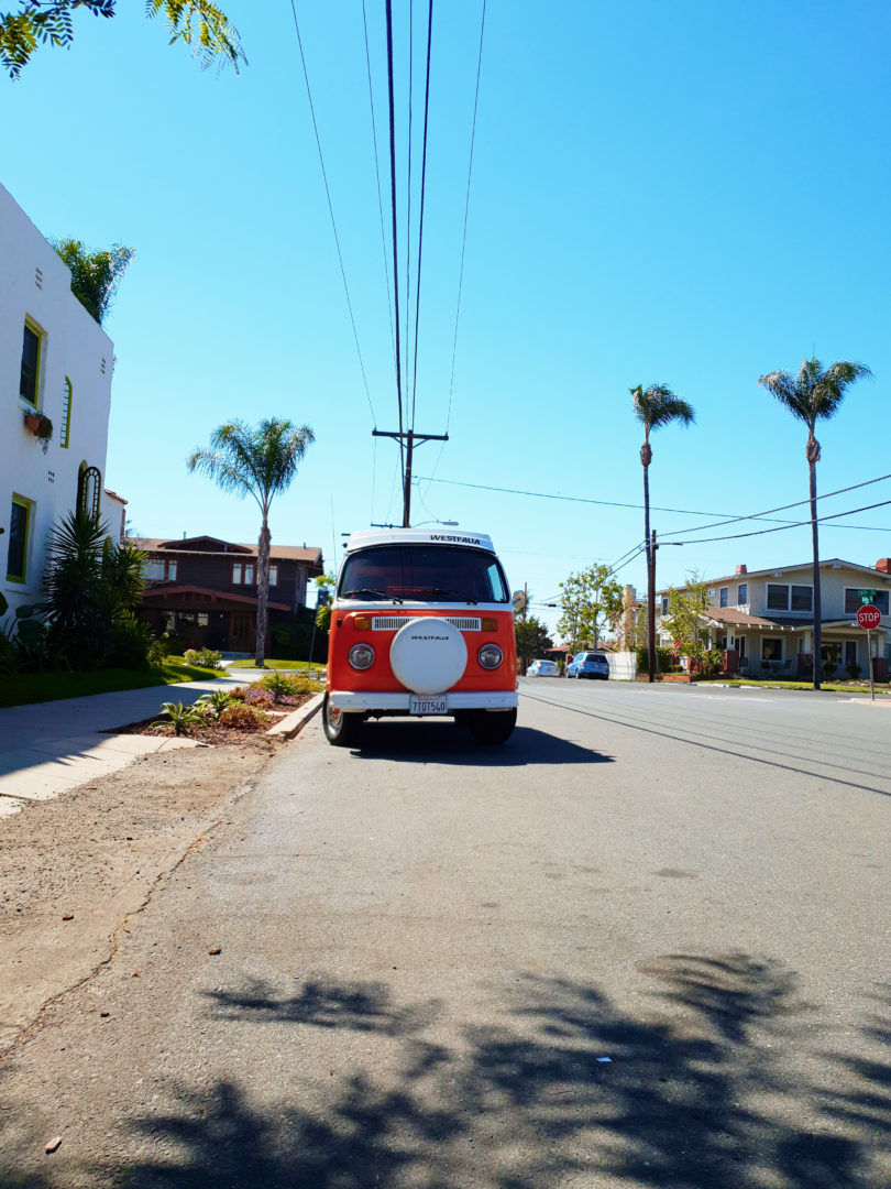 Roadtrip USA Mietwagen Guide: Bulli in San Diego unter Palmen.