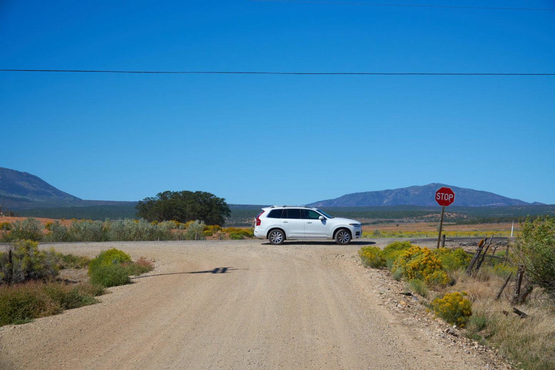 USA Mietwagen Guide: Volvo auf einsamer Straße in Utah.