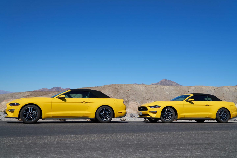 Zwei gelbe Mustang Cabrios im Death Valley.