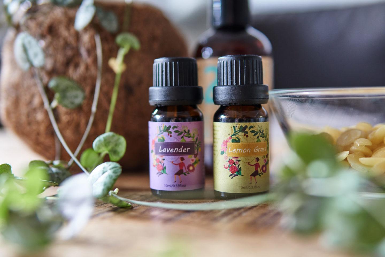 Zutaten für selbstgemachte, feste Bodylotion Bars. Lavendelöl und Zitronengrasöl.
