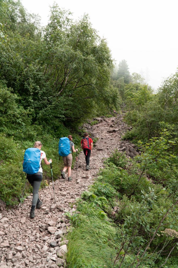 Wandergruppe auf Hüttenwanderung zum Schrecksee mit Zwischenstopp Landsberger Hütte beim Aufstieg aus dem Tannheimer Tal bei Nebel.