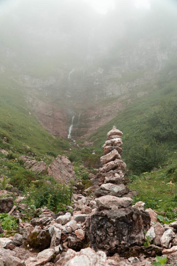 Felsenturm als Wegmarkierung in den Alpen auf dem Weg zur Landsberger Hütte.
