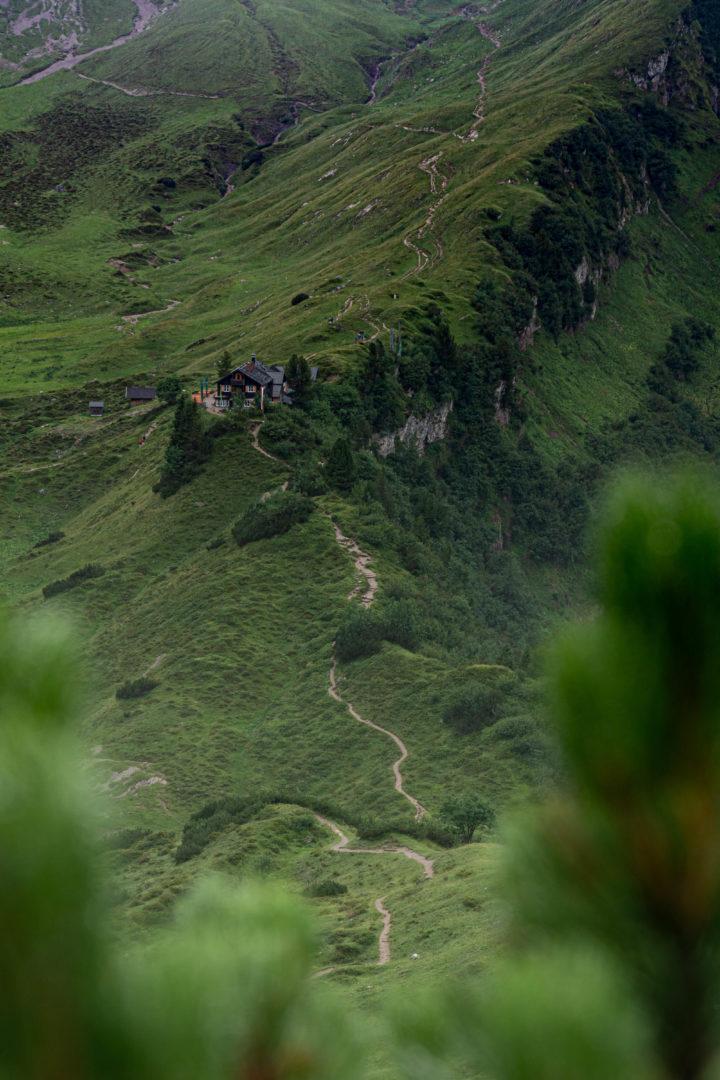 Blick auf Landberger Hütte beim Abstieg.
