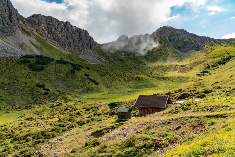 Alpenlandschaft mit Hütte im Tannheimer Talund Wiesen in den allgäuer Alpen.