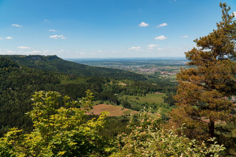 Tolle Weitblicke hat man vom Gräbelesberg über die Karstlandschaft der schwäbischen Alb.