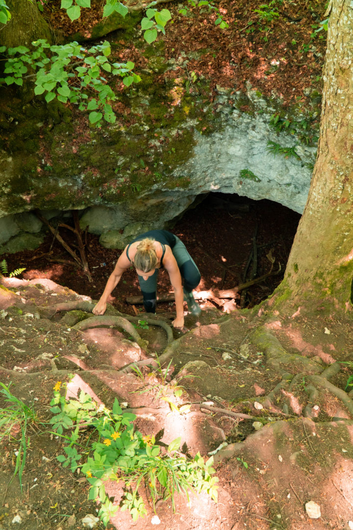 Ein Kletterer in einer Karsthöhle auf dem Wanderweg Hossinger Leiter am Gräbelesberg.