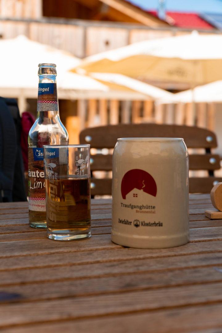 Bierkrug und Albdudler in der Traufganghütte Brunnental.