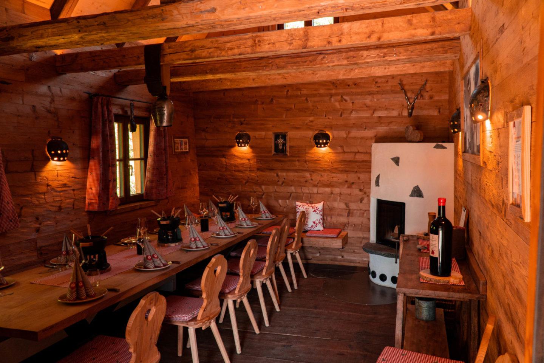 Gemütliche Fonduehütte in der Traufganghütte Brunnental.