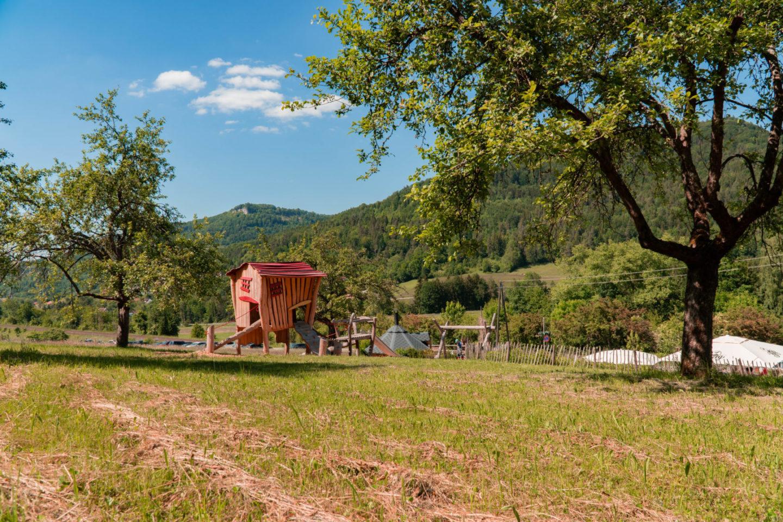 Spielplatz bei der Traufganghütte Brunnental für Kinder mit Spielhaus und Klettergerüst.