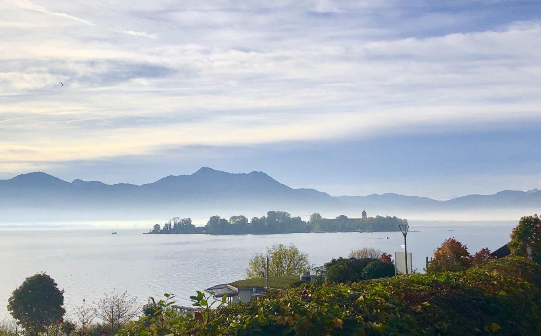 Ausflug am Chiemsee: Gstadt. Chiemsee mit Insel im Nebel.