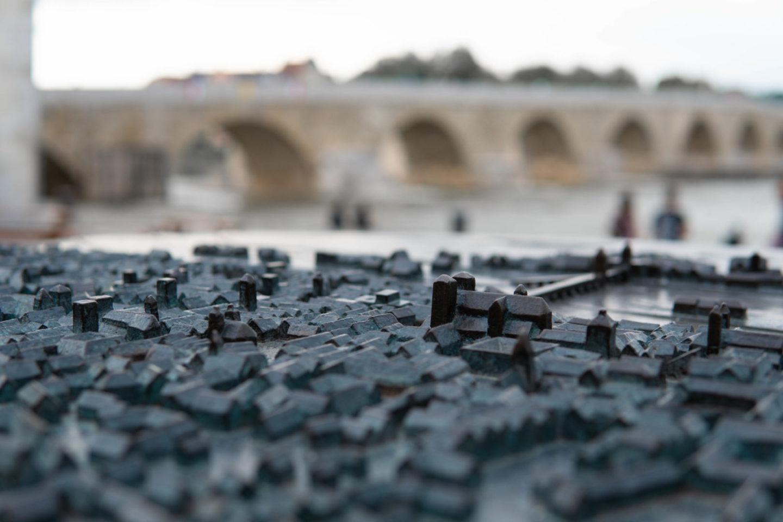 Miniatur-Regensburg im Vordergrund und steinerne Brücke im Hintergrund.