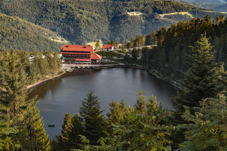 Blick von der Hornisgrinde auf den Mummelsee mit Hotel an der Schwarzwaldhochstraße.