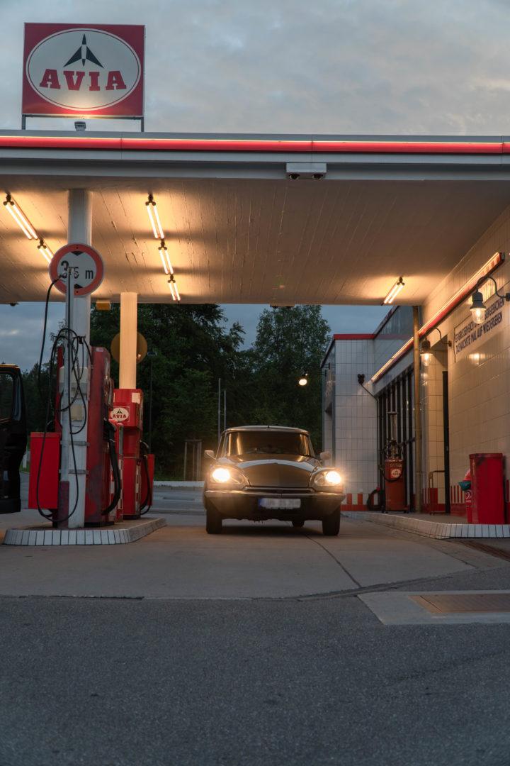 Retro Avia Tankstelle aus dem Film 25 kmh an der Schwarzwaldhochstraße mit Oldtim