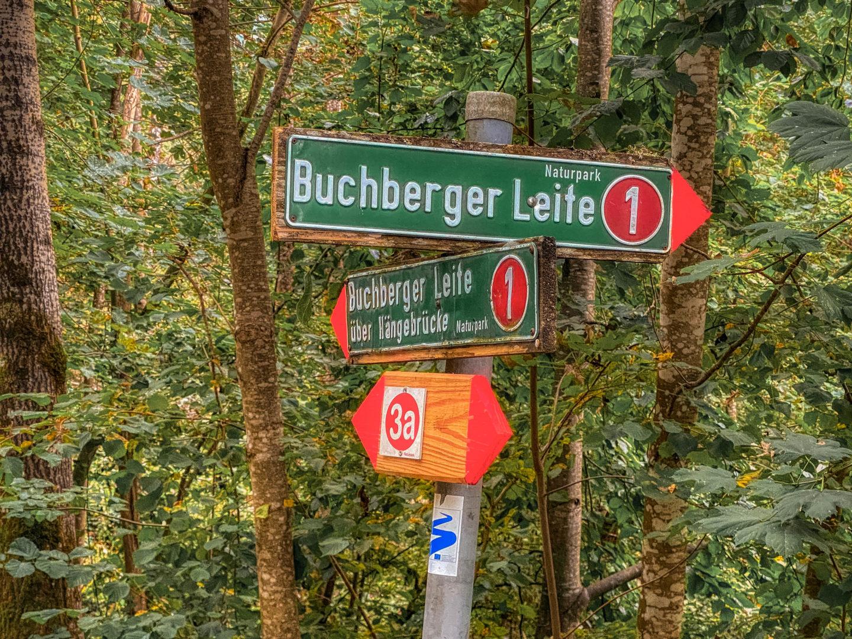 Wanderwegweiser an der Buchberger Leite.