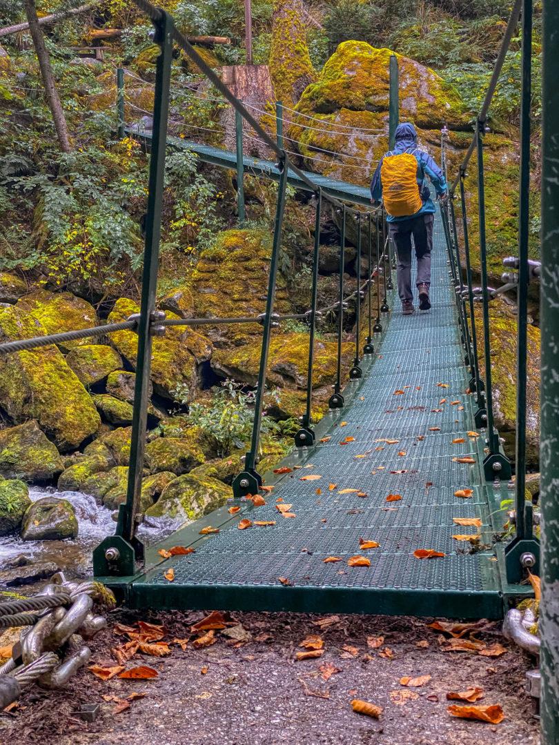 Hängebrücke im Herbst über der Wildwasserklamm Buchberger Leite.