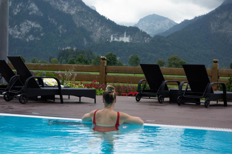 Blick auf schloss Neuschwanstein im Regen vom Pool des Hotel Rübezahl aus.