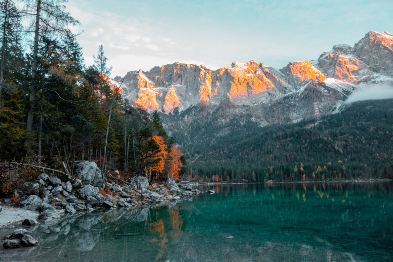 Roadtrip durch Bayern mit dem Campervan: Stopp am Eibsee am Fuße der Zugspite - auch bekannt als Karibik Bayerns Bucketlist Bayern Must See
