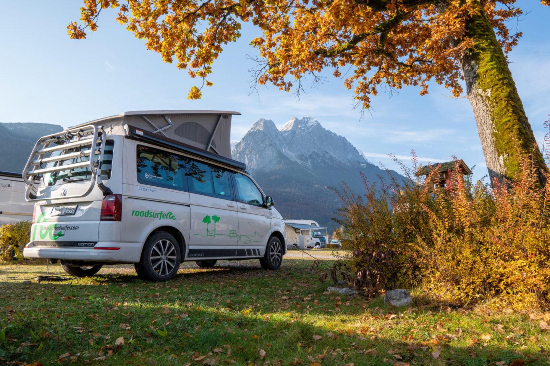 Übernachten mit Blick auf dieZugspitze im Dachzelt mit dem Campervan