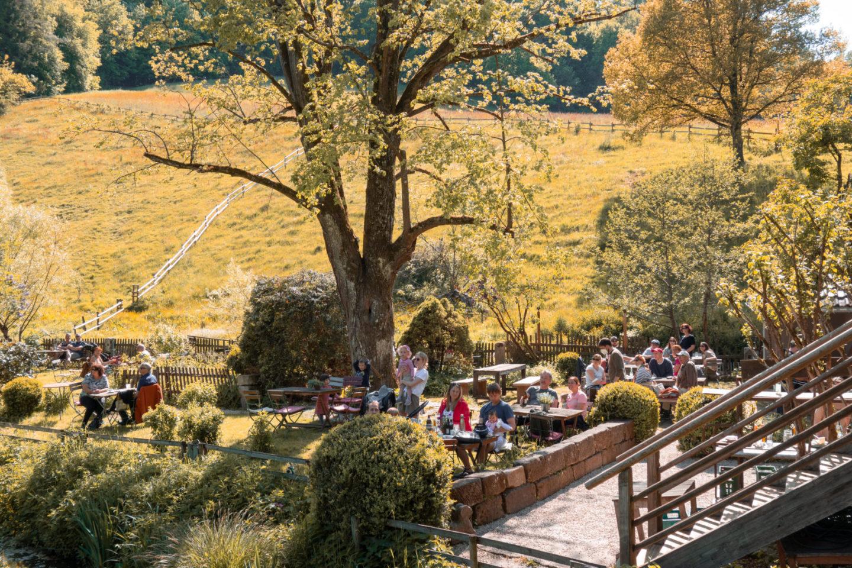 Gemütlicher Freisitz unter Bäumen bei der Eselsmühle