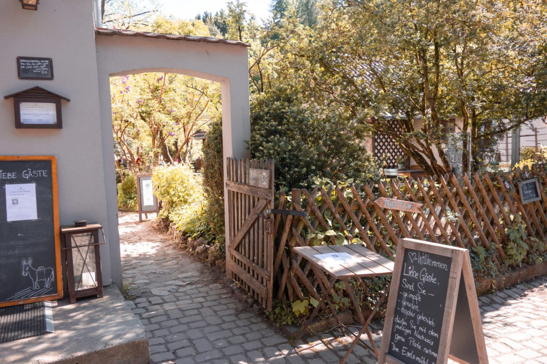 Eingang zum Cafe Eselsmühle im Siebenmühlental