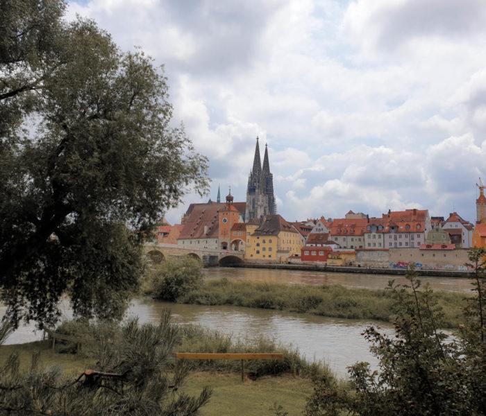 Blick auf Regensburg mit Dom und Steinerner Brücke.